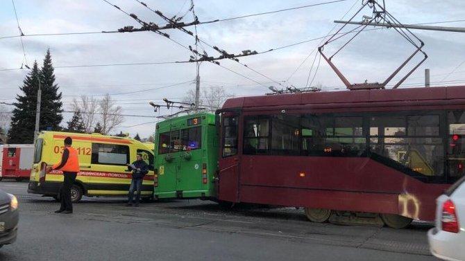 В Казани 7 человек порезались в результате столкновения трамвая и троллейбуса