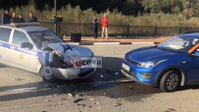 В Сочи водитель каршерингового авто влетел в патрульную машину