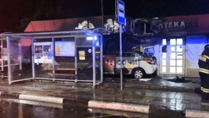 В Сочи резко остановившееся такси вылетело на тротуар и сбило сержанта полиции