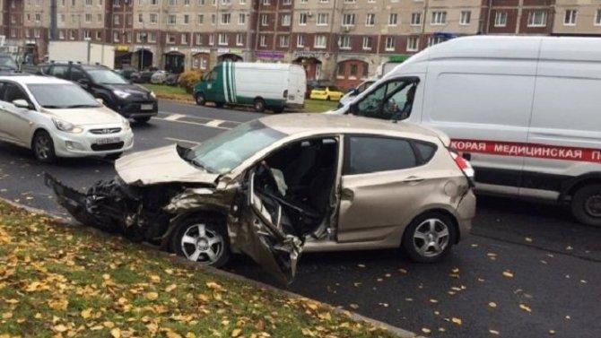 Два человека пострадали в ДТП на Комендантском проспекте