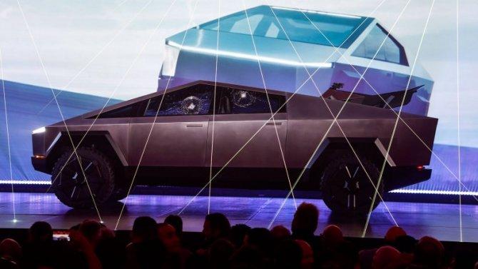 Пикапу Tesla Cybertruck разбили стекла прямо на презентации