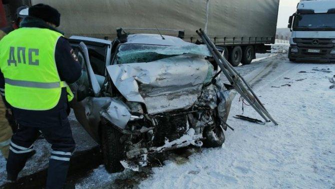 Двое взрослых и трое детей погибли в ДТП под Красноярском