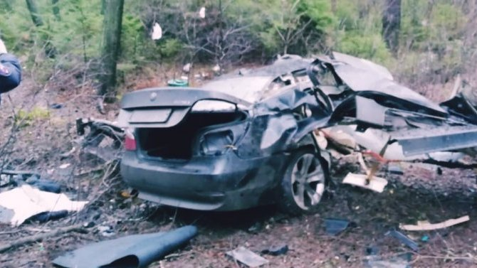 В Комарово BMW влетела в дерево – два человека погибли
