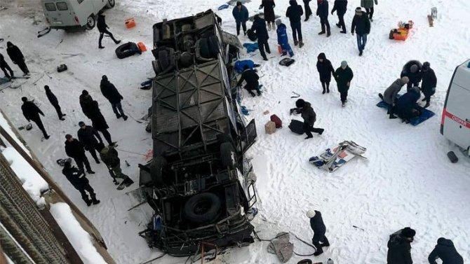 В Забайкалье автобус упал в реку - погибло 19 человек