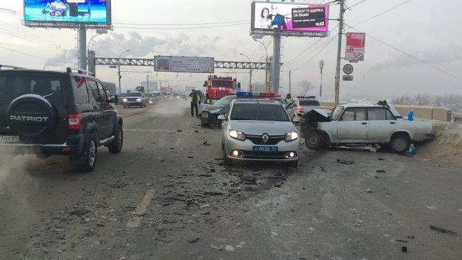 В Новосибирске в ДТП на Димитровском мосту погибла девушка