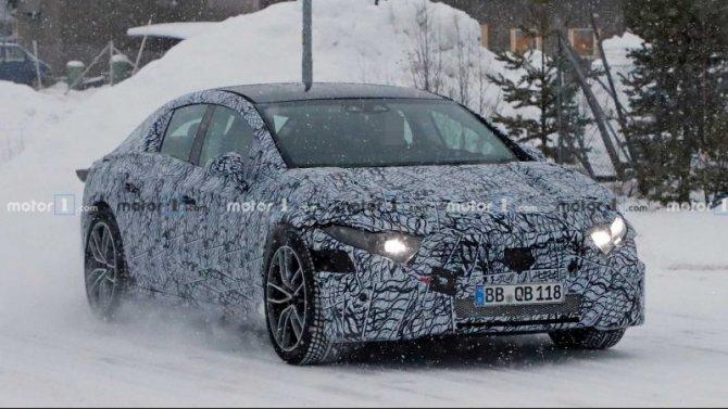 Электроседан Mercedes-Benz EQS проходит зимние тесты