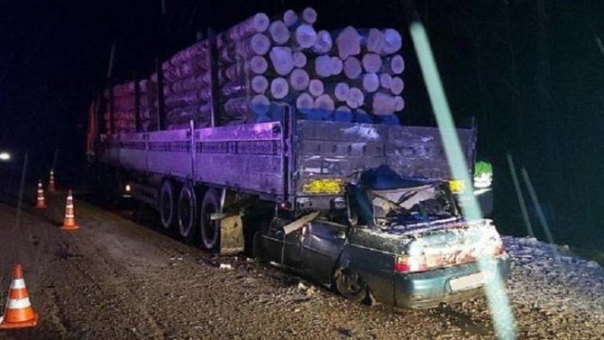 В ДТП с лесовозом в Костромской области погибли четыре человека