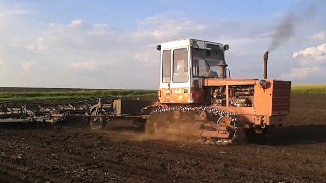 Гусеничный трактор Т-4А— техника из70-х, которая досих пор находу