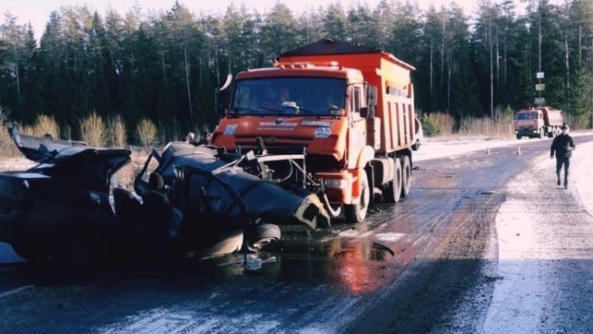 В ДТП с КамАЗом в Ленобласти погиб человек
