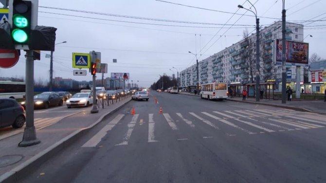 В Петербурге машина сбила на переходе двух человек