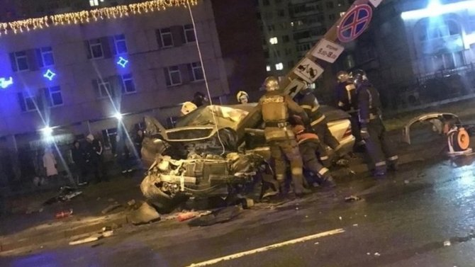 В Петербурге Mercedes врезался в столб – погиб человек