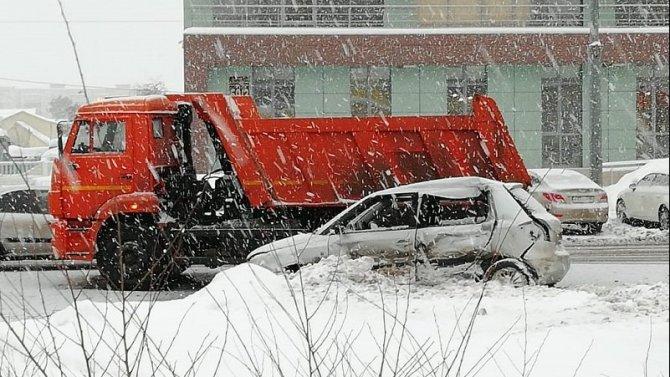 Женщина погибла в ДТП с КамАЗом в Оренбурге