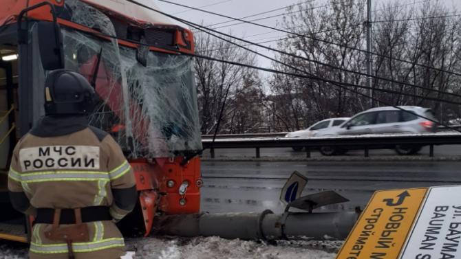 В Нижнем Новгороде маршрутка врезалась в столб – погиб человек
