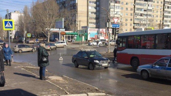 В Саратове автомобиль сбил женщину с тремя внуками