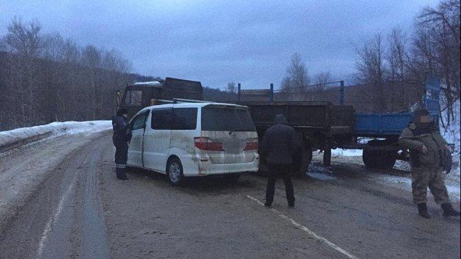 В Башкирии в ДТП с КамАЗом пострадали три человека