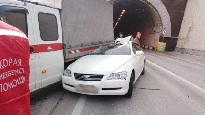 В Сочи автомобиль залетел под грузовик – водитель погиб