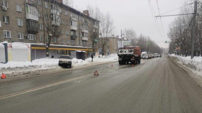 Двое детей пострадали в ДТП с грузовиком в Новосибирске