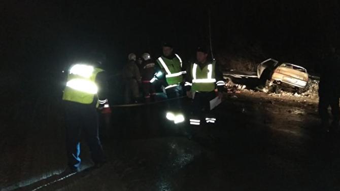Вночном лобовом столкновении двух легковушек вСвердловской области погибло сразу 5 человек