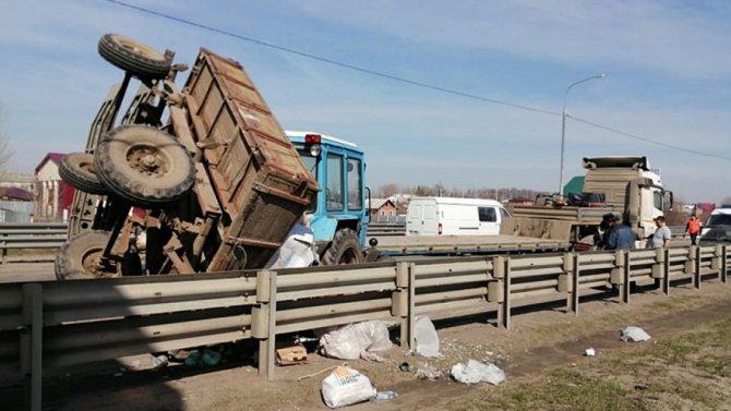 В Воронежской области столкнулись трактор и грузовик (1)