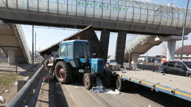 В Воронежской области столкнулись трактор и грузовик (2)