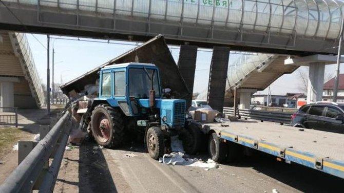 В Воронежской области столкнулись трактор и грузовик