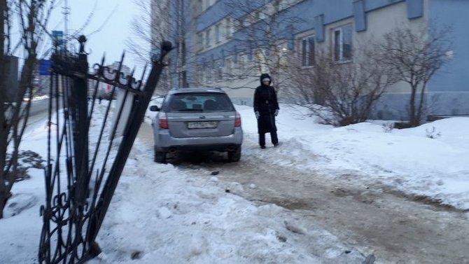 В Сургуте машина сбила группу людей на тротуаре