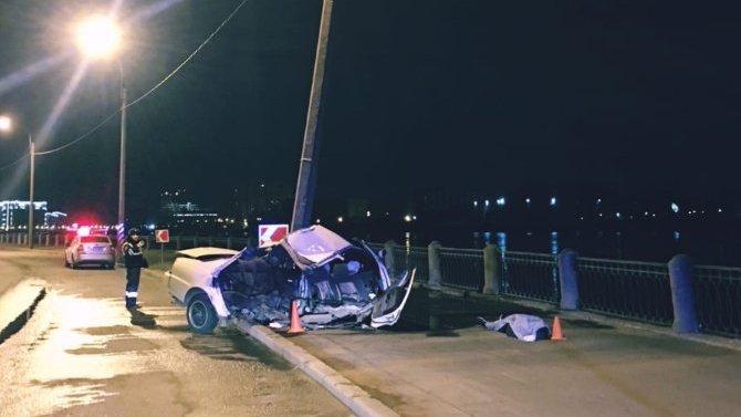 На Октябрьской набережной автомобиль врезался в столб – пассажир погиб