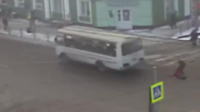 ВКрасноярске автобус сбил насмерть ребенка, проехав накрасный свет— вСети появилось видео сместа ДТП