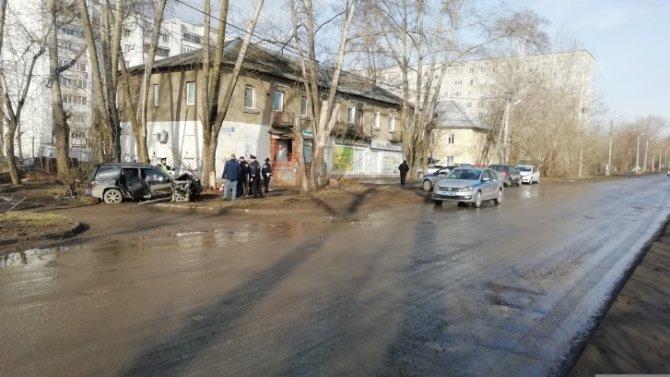 В Екатеринбурге иномарка врезалась в дерево – погиб пассажир (2)