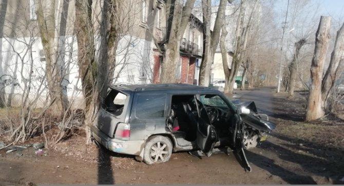 В Екатеринбурге иномарка врезалась в дерево – погиб пассажир (3)