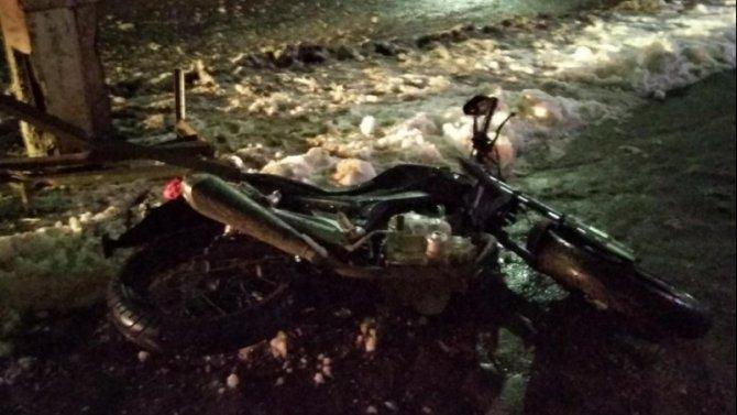 В Глазове пьяный мотоциклист врезался в столб
