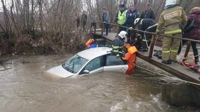 ВСети появилось видео спасения вУфе пассажиров автомобиля, оказавшегося вреке