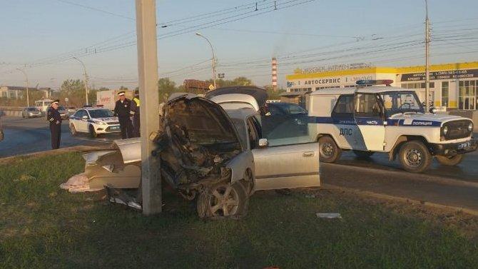 В Новосибирске Subaru врезалась в столб – водитель погиб