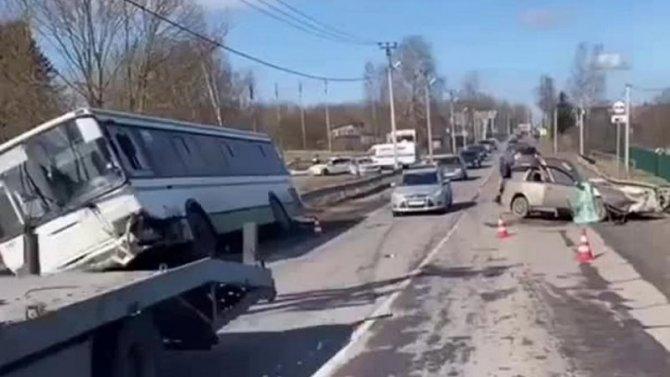 В ДТП с автобусом в Ленобласти погиб человек