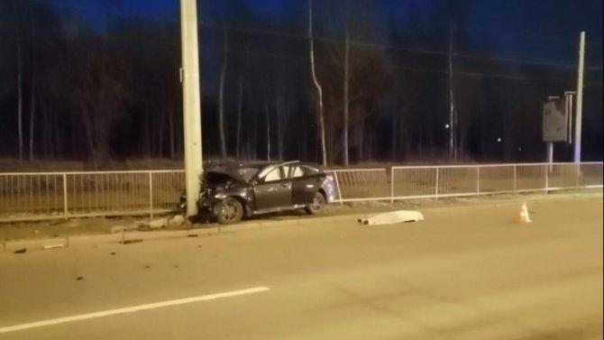 В Петербурге иномарка врезалась в столб – погиб водитель