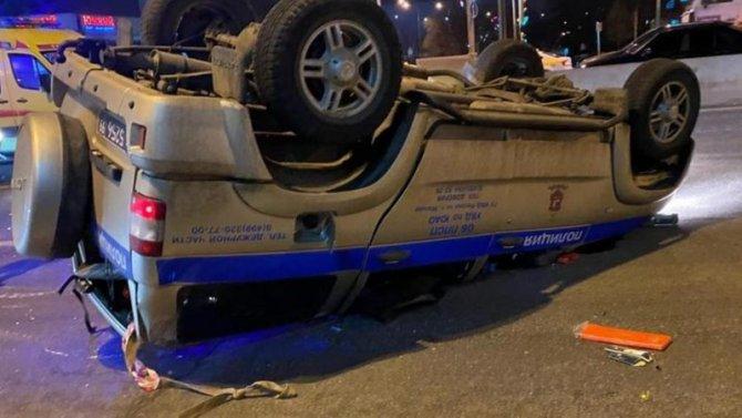 ВМоскве после столкновения стакси перевернулся автомобиль полиции