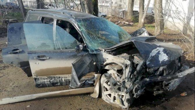 В Екатеринбурге иномарка врезалась в дерево – погиб пассажир