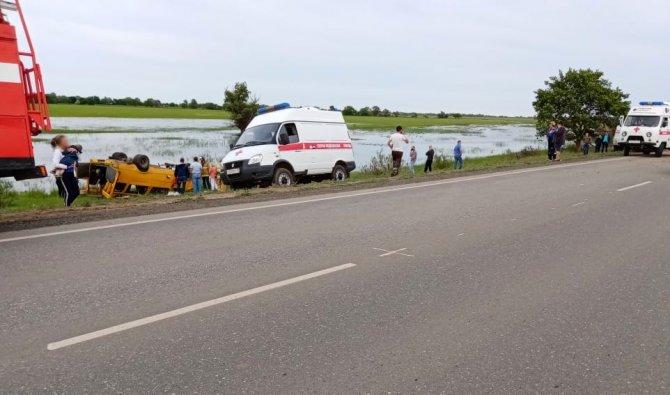 Под Астраханью на трассе перевернулась маршрутка 3