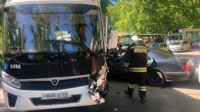В ДТП с автобусом в Сочи пострадал человек