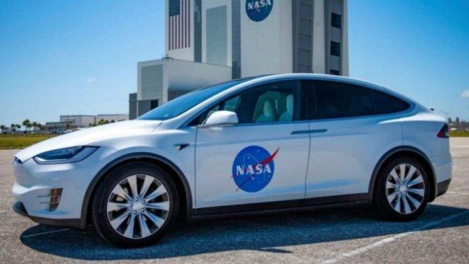 Электромобиль Tesla стал транспортом для астронавтов