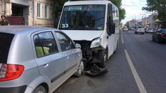В ДТП с маршруткой в Саратове пострадали человек (1)