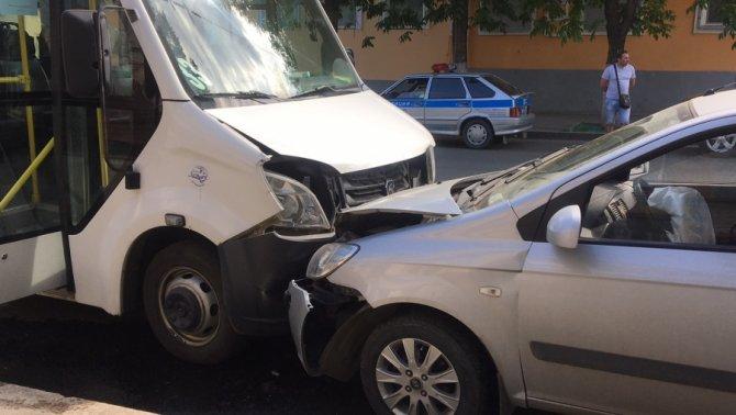 В ДТП с маршруткой в Саратове пострадали человек (2)