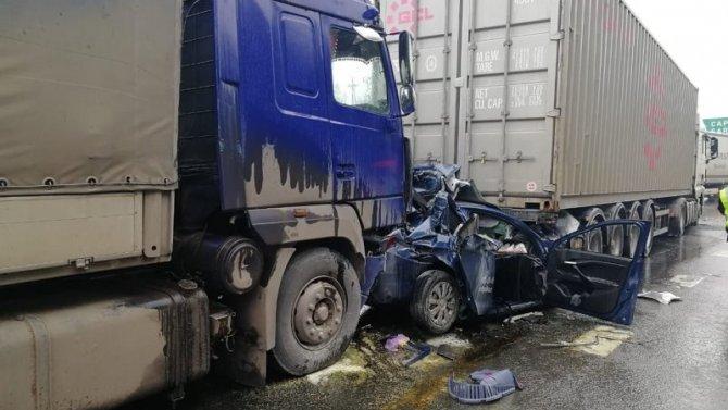 В Нижегородской области фуры раздавили легковушку – погибли двое
