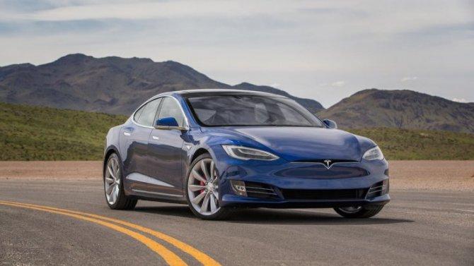 Электромобили Tesla опять «глючат»