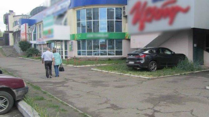 В Ижевске иномарка врезалась в здание – пострадал ребенок