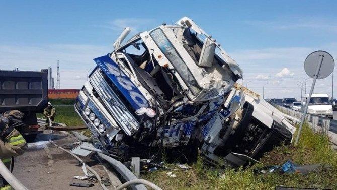 В Тюмени в ДТП погиб водитель большегруза