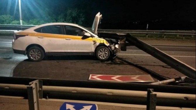 Три человека пострадали в ДТП с такси в Семилукском районе Воронежской области