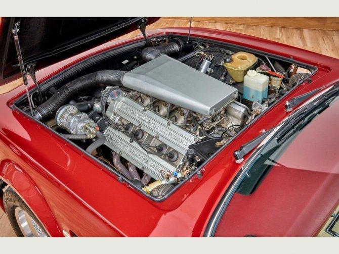 Кабриолет Aston Martin AMV8 Volant 1988 года выпуска, который принадлежал Дэвиду Бэкхэму 10