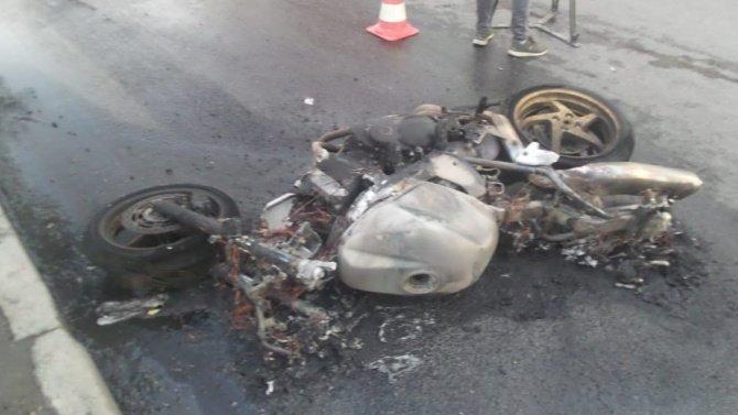 ВЕкатеринбурге пьяный водитель поехал накрасный исбил мотоциклистов— один человек погиб, машина имотоцикл сгорели