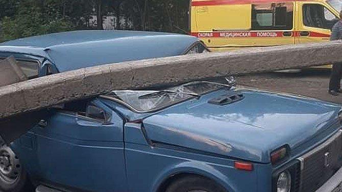 ВЧелябинске водитель Porsche Cayenne увернулся отстолкновения с«Нивой», ноуронил нанеё бетонный столб